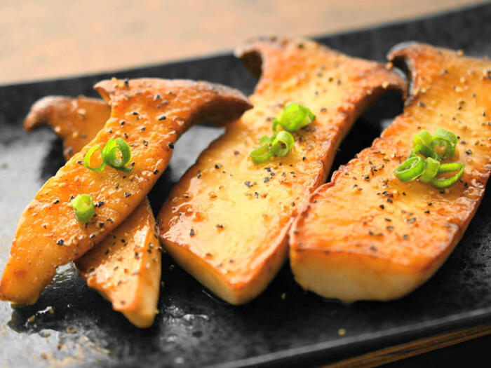 見た目も豪華なエリンギのバター醤油ステーキ。フライパンにバター、エリンギ、お酒、醤油を入れて焼くだけと作り方も簡単。おいしく作るポイントは、だし醤油を使うことと、バター醤油を煮詰めることで、コクのある食べごたえのあるステーキになり、食卓に秋の雰囲気が漂います。
