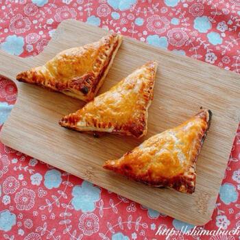 アルマンゾが食べていたアップルパイは、2つ折りでふっくらふくれたもの。冷凍パイシートを使ったこのレシピなら、気軽に再現できますね。