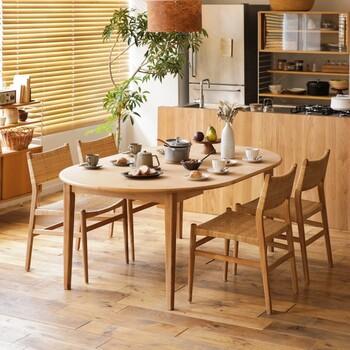 楕円形のダイニングテーブルに、やわらかなラタン素材のチェアがマッチ。 部屋全体で、様々な自然素材が融合し、落ち着きながらも奥行のある空間を生み出しています。 こちらのテーブルは、円形にすることも可能。長く使うものだからこそ、機能性を重視して選ぶのもポイントです。