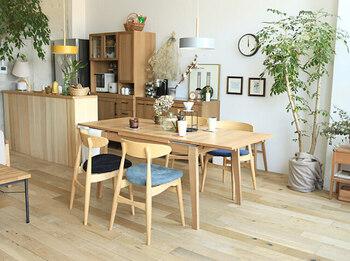 ナチュラル系のテーブルは温かい空気感を演出します。日当たりのいい場所に置くとさらにお部屋が温かく感じます。照明も木の素材を使ったものにすると、お部屋がさらに温かみのあるリビングに。