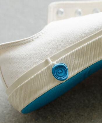 """ムーンスターが展開する人気スニーカーブランド、「SHOES LIKE POTTERY(シューズライクポタリー)」。鮮やかなブルーカラーのロゴマーク&靴底がトレードマークです。  SHOES LIKE POTTERYを訳すと""""焼き物みたいにつくる靴""""。焼き物をつくるときのように、窯(*)に入れ、熱・圧力を加えてつくられます。それによって、丈夫で弾力性のあるゴムになり、靴底がはがれない、たくさん履き込めるタフな靴になります。型崩れせず長く愛用できる1足であることが、SHOES LIKE POTTERYの大きな魅力。  これがヴァルカナイズ製法の特徴であり、ムーンスターのスニーカーの強みでです。  *補足:加硫缶と呼ばれます"""