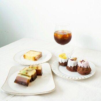コーヒー屋さんのタビノネが贈る、お菓子のギフトボックス。ウィークエンドシトロンやクグロフの他、コーヒーゼリーをあしらった特別な羊羹のセットです。コーヒーや紅茶と一緒に味わうのにぴったりな甘いスイーツで、心も体もほっと一息。