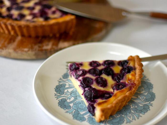 パウンドケーキにような柔らかな生地に、甘酸っぱいフィリングが詰め込まれています。ブルーベリーは冷凍を使ったレシピなので、一年を通して作りやすいです。