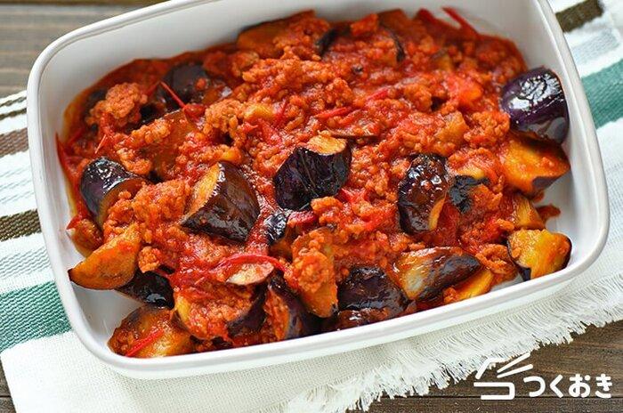 身近な材料で作れる豚ひき肉となすのトマト煮のレシピです。和の調味料も使った、親しみやすい味。トーストにのせたり、パスタソースにしたりしても良さそうです。