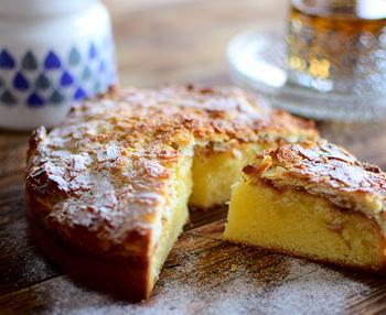 薄力粉とアーモンドプードルを使った、アーモンドの香りが豊かなレシピです。生地には生クリームも入っていて、しっとりとしていてリッチな味わいです。トッピングのアーモンドは、焼きあがったケーキの上に乗せて再びオーブンで加熱します。