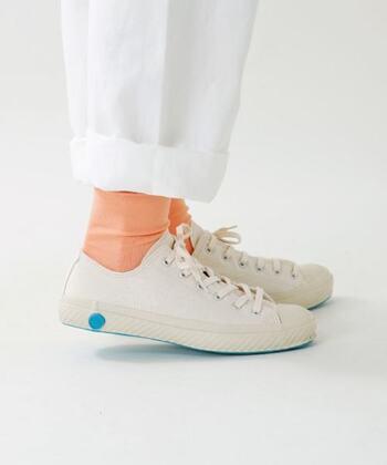 くるぶし丈のスニーカーソックスに合うことはもちろん、ショート丈のソックスでも◎ あえて靴下は遊び心を加えて、パステルカラーにしてみるとグッとおしゃれになりますね。