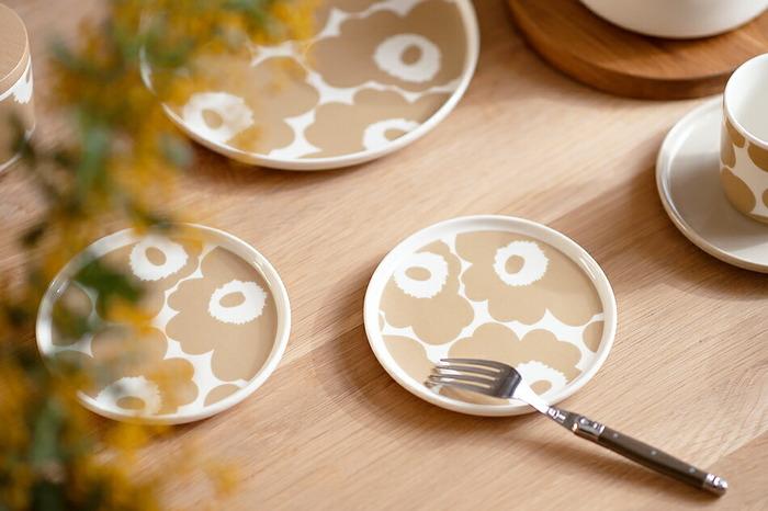 エッジがほんの少し立ち上がったデザインに、人気の「ウニッコ」が描かれたお皿です。直径13.5cmだから、気軽なティータイムにぴったりです。大人らしいベージュはインテリアとの相性も◎です。