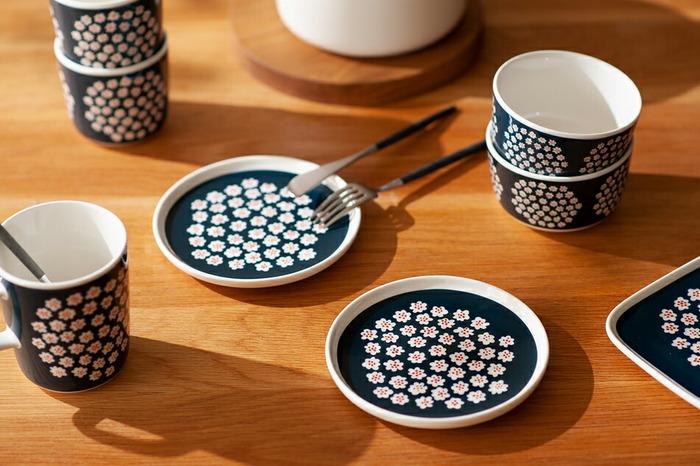 小さなお花がギュッと描かれた「プケッティ」はカジュアルでかわいらしいデザインです。シリーズのマグやカップと組み合わせると統一感が出ます。