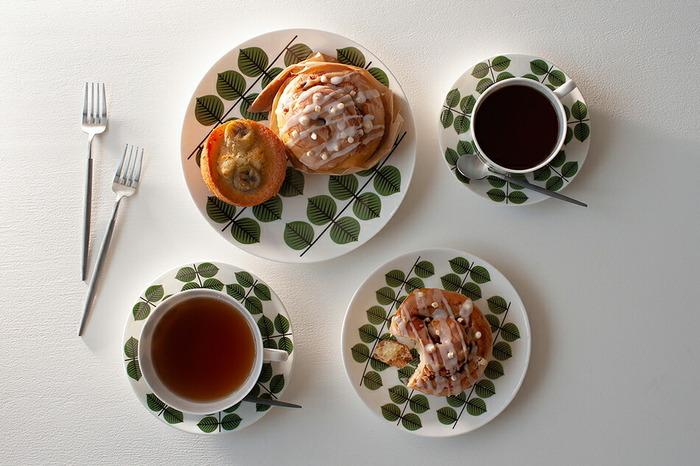 幾何学的に図案化された木の葉が描かれた、北欧らしいデザインのお皿です。ぱっきりとしたデザインは印象に残ります。テーブルに北欧の風を呼んでくれるお皿です。