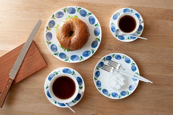 青々とした木の実はプラムを描いています。爽やかで明るい絵柄はどんなスイーツやパンでもしっくりと馴染みます。他のお皿とのコーディネートもしやすいデザインです。