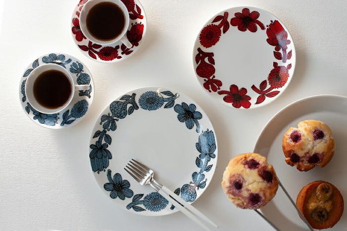 渋めの色合いが大人好みの、菊の花をモチーフにしたお皿です。洋菓子の似合うけれど、和菓子も似合いそうなデザインです。グスタフスベリには、モダンなデザインやレトロなデザインなど、幅広いシリーズが展開しています。