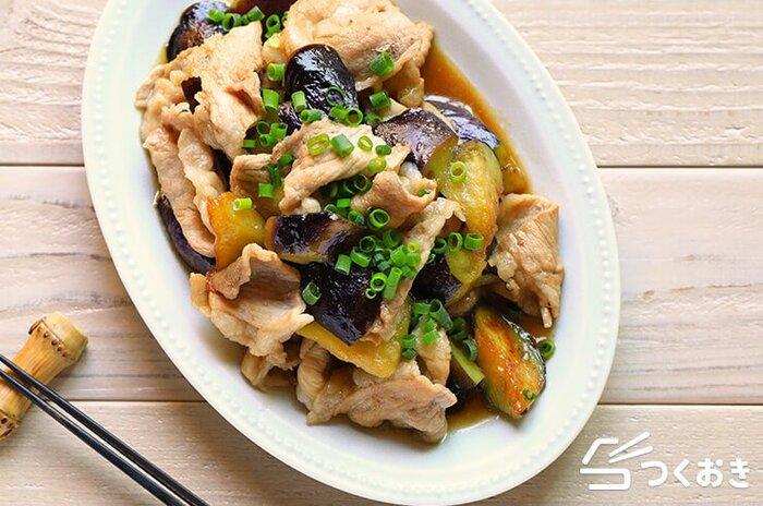 甘じょっぱくておいしい、なすと豚肉のかば焼き風炒めのレシピ。調味料の分量がすべて同じなので、覚えやすく作りやすい。食材を切って炒め合わせるだけなので簡単です。
