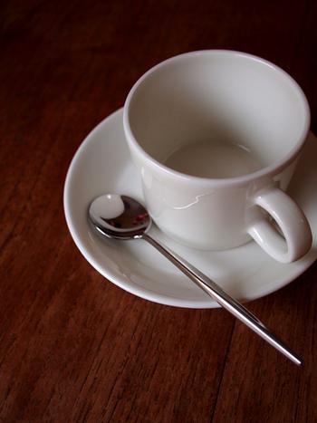 おうちでのティータイムに、お砂糖を入れたり、かき混ぜたりするのに便利なティースプーン。一般的に日本では、長さ13~14cmほどのもので、紅茶の茶葉だと2~3gすくえるサイズのスプーンをティースプーンと呼びます。