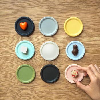 美濃焼の伝統技と現代的なエッセンスを取り入れたサクンが販売している豆皿です。しっとりとしたマット素材で、料理はもちろんお気に入りのアクセサリーをのせても自然になじみますよ。  シンプルながらも落ち着いたフジ、モスグリーン、ターコイズという柔らかい3種類のカラーバリエーションがあります。全色揃えて並べてみたくなる可愛さがありますよね。