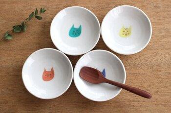 赤、青、緑、黄色のそれぞれ違う表情のネコが描かれた豆皿です。1枚ずつはもちろんですが、4枚全部並べて使いたくなりますよね。  しょうゆや薬味、ちょっとしたおかずの盛り付けなど幅広い用途で使えます。使っているうちに愛着が湧いてきて、思わず名前をつけたくなっちゃうかも?