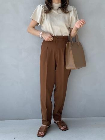 裾が細くなっているテーパードパンツは、すっきりときれいなシルエットを作ります。夏はあえてサンダルと合わせて抜け感のある着こなしを。全身をワントーンでまとめてあげると、トレンド感のあるスタイルに。