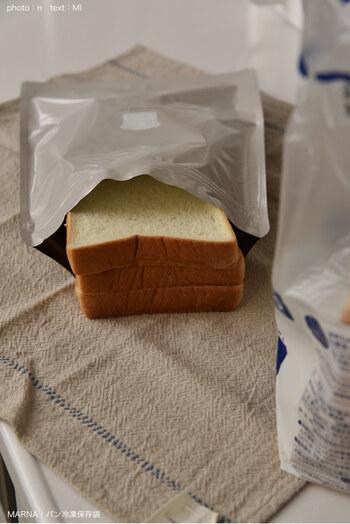食パンのスライスが5・6枚切りなら3枚程度入る大きさです。入口はダブルチャックになっていて、ぴったりと閉められます。スリムなので、冷凍庫内でかさばらず他の食材と並べやすくて快適です。