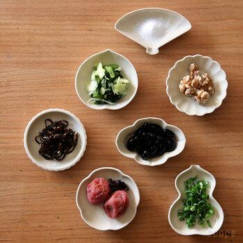 一見シンプルな豆皿ですが、よくみると1つ1つ黒い点があったり触ってみるとぷつぷつとした突起があったりと、色々な表情を見せてくれます。  形のバリエーションも豊富なので、同じタイプで揃えても違う種類を並べても違った味わいを楽しめますよ。形ごとに役割を決めるのも自由に使うのも思いのままです。