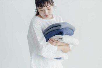 バスタオルに使われる代表的な素材は、おもに「綿・マイクロファイバー」の2つ。肌触りや吸水性、耐久性を求める方には「綿」のタオルがおすすめです。ただ、あまりにも厚すぎると乾きにくいので注意が必要です。一方、軽くて速く乾くので、時短したい人には「マイクロファイバー」のバスタオルがおすすめです。マイクロファイバーは、ポリエステル・ナイロンなどを原料とした合成繊維で、特殊な加工で非常に細い繊維になっています。お肌のデリケートな方が使うと合わないこともありますので、注意が必要です。