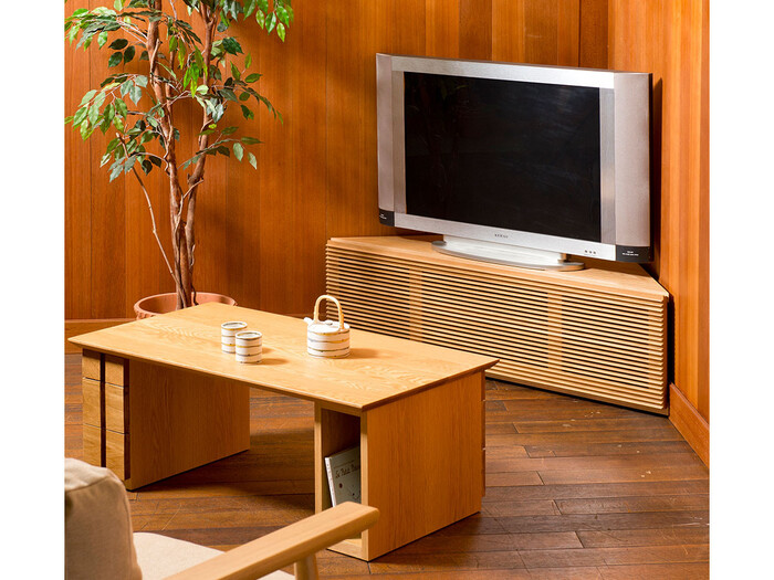 移動に便利なキャスターが付いたコーナー専用のテレビボードです。大型のテレビは、どうしてもお部屋に圧迫感を与えがち。角を使うことで、お部屋の空きスペースも広がります。扉部分は洋室、和室どちらにも馴染むシンプルなルーバーデザイン。家具はできるだけ長く愛用したい方にぴったりです。