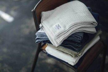 創業100余年の泉州タオルの技法を継承しつつ、「本当にいいタオルとは何か」を求め続けてタオルを作り続けてきた「神藤タオル」。こちらは、空気がたっぷりと含まれた吸水性の高いパイルを速乾性に優れたガーゼで挟み込んだ「インナーパイル」のバスタオルです。
