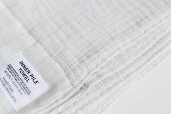 職人さんが昔ながらのシャトル機を使い、丁寧に織り上げたタオルは、一度使うとやみつきになる肌触りです。オーガニックコットンを100%使用し、肌への負担が少ないのもうれしいポイント。バスタオルとしてはもちろん、インテリアにも馴染むお洒落なデザインなので、リビングでブランケット代わりに使うのもおすすめです。