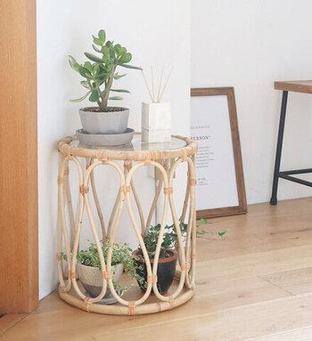 レトロな佇まいのこちらは、ラタンで作られたガラス天板付きのサイドテーブルです。ラタンはとても軽く、湿気や乾燥に強い素材。色は時間と共に変化していくため、長く愛用することで風合いを楽しむことができます。お気に入りの鉢に入れた植物やオブジェとともにお部屋の角に飾れば、それだけでおしゃれな空間が完成します。