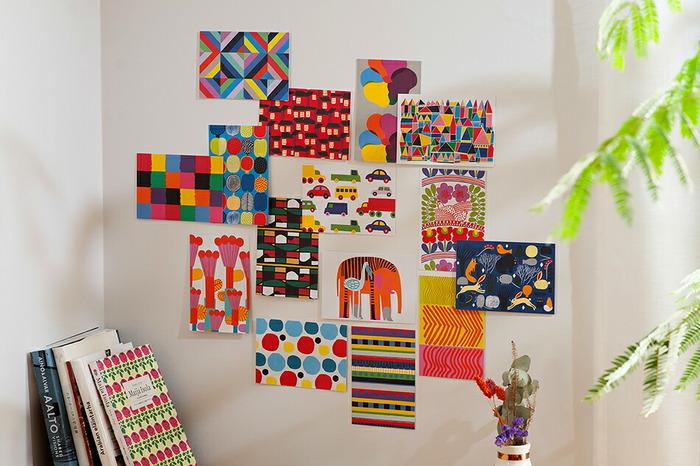 世界中の人々に愛される「marimekko(マリメッコ)」のパターンがプリントされたポストカードセットです。本のようなボックス入りで50枚、100枚の2種類のセット販売。定番のパターンから、廃盤になった貴重なパターンまで、きっと見ているだけでワクワクするはずです。厚みのあるマットな紙を使用しているため額縁に入れて飾るほか、そのまま角のスペースの壁にピンで留めることもできます。