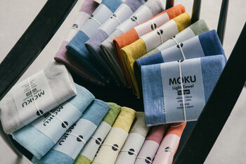 今治生まれの「MOKU(モク)」は、吸収・速乾性に優れた、薄くて持ち運びにも便利なタオル。表面はガーゼ、裏面はパイル地で優しい肌触り。