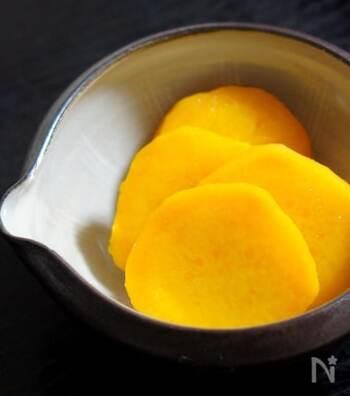 爽やかな甘さの安納芋のレモン煮。クチナシの実を使っているので、黄色も鮮やかです。こだわりの副菜として楽しめるのはもちろん、おやつやお弁当、箸休めにもぴったりです。