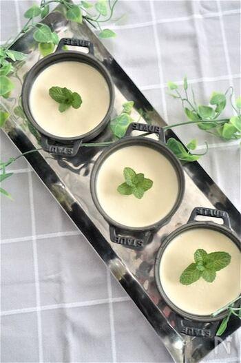 蒸してつぶした安納芋を使った簡単ミルクゼリーは、なめらかでクリーミー。少し面倒でも、安納芋はレンチンではなく、蒸すとおいしさが違います。