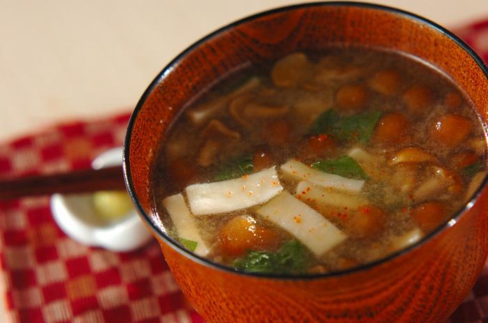 エリンギやなめこ、人参などの根菜類のおみそ汁ですが、こちらはエリンギや根菜類をごま油で炒めてから汁にします。コクも素材の旨味もたっぷりと出てより味わい深くなります。
