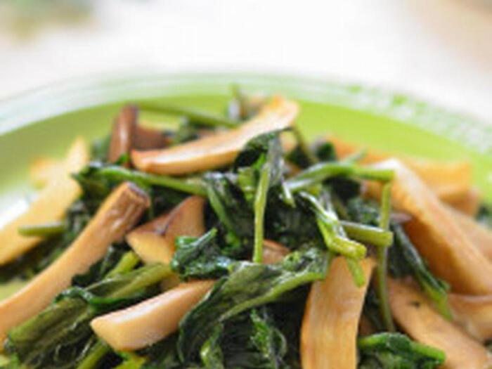 スーパーマーケットで見かける空芯菜。お手頃価格で美味しそうだけどどうやって調理すればよいのか迷っている方、エリンギとシンプルな塩炒めはいかがでしょうか。空芯菜は中国野菜で葉にぬめりがあり、茎はシャキシャキとしているので、エリンギと一緒に軽く炒めるとエリンギのコリコリとした食感と相まっておいしくいただけます。