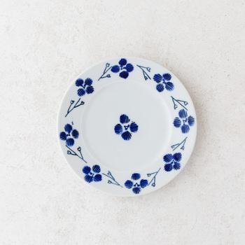 春の野花であるオオイヌノフグリが描かれた陶器の小皿です。光沢感のある素材に咲く青い花は、見ているだけで心が穏やかな気持ちになりますよ。  白地に青色の模様の食器は日本人に昔から親しまれてきているので、すっと生活になじんでくれます。素朴ながらも華やかな柄を楽しんでくださいね。