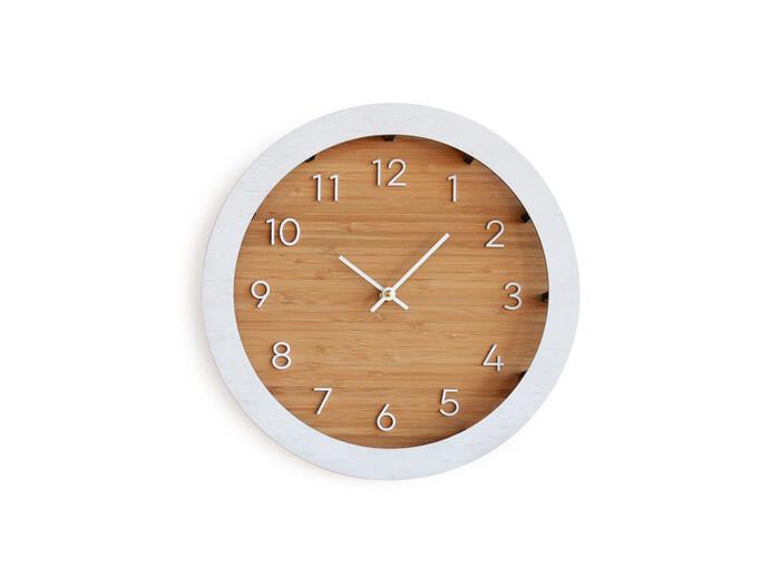 文字盤と周りを白く縁取った竹素材の掛け時計。白い壁にも馴染むシンプルなデザインで和室にも洋室にも合わせられます。おしゃれなだけでなく、時間がわかりやすいところも◎引越し祝いなどのプレゼントにも良さそうですね♪
