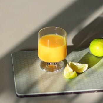 透明なグラスは、ジュースの色が綺麗に見えますね。まるで喫茶店で出てくるジュースのよう♪お子さんもおやつタイムをもっと楽しめそうです。