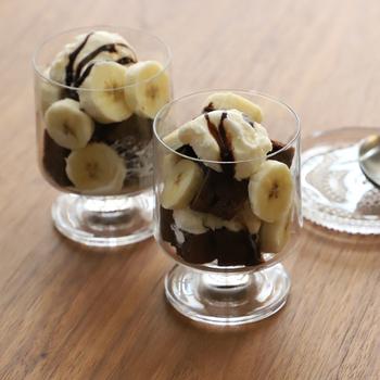 アイスや果物などを盛り付ければ、ミニパフェの完成!わらび餅やゼリーなどを入れても、涼しげで素敵です。器が変わるだけで、デザートがワンランクアップしますね。