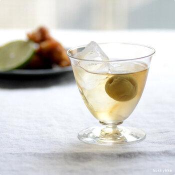底に向けてすぼまった形が上品なグラスです。高さ9.5cmと小さめで、ジュースやお酒を入れるのにぴったり。底は黄色がかっていて、透明なグラスに良いアクセントとなっています。