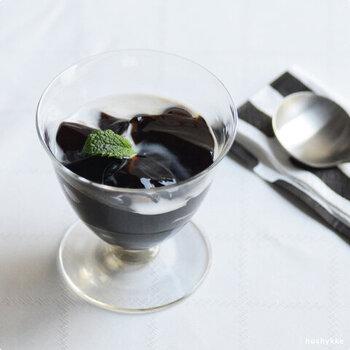 ひんやりデザートを入れても良いですね。グラスの形も透明感も、中に入れたものを美しく見せてくれますよ。