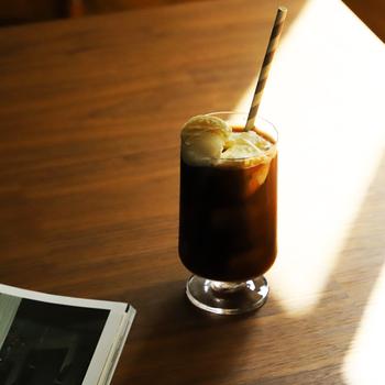 こちらは高さが約14cmで、たっぷり入るグラスです。アイスコーヒーやアイスティー、ジュースやビールなどあらゆる飲み物に合わせやすく、様々なシーンで使えますよ。