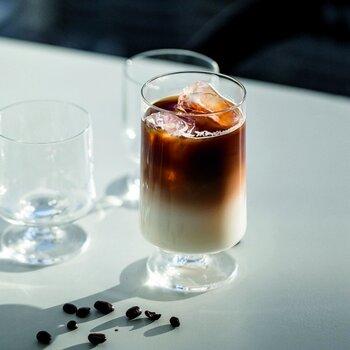 暑い時にゴクゴク飲みたいアイスコーヒーも、脚付きグラスと相性ぴったり!背の高いグラスを使えば、たくさん入れられて見た目のバランスも◎