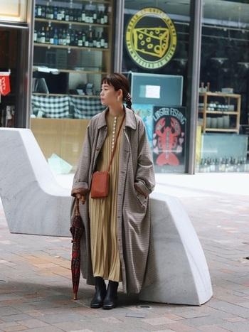 ロング×ロングって高身長さんにしか似合わないんじゃ…。そう思ってしまいがちですが、実はロング丈同士の組み合わせは低身長さんにもってこいなんです。しっかり丈のコートは横の広がりを抑え、スタイルアップが叶います。クールで大人びた印象に。