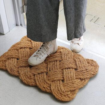 一口に玄関マットと言っても、玄関の外やたたきの部分で使うものと、玄関の取次の部分に敷いて使う2つのタイプがあり玄関の外や、玄関を入ってすぐのたたきに置いて使うタイプは、雨の日やガーデニングの後など靴の底についた泥を落とすために使います。