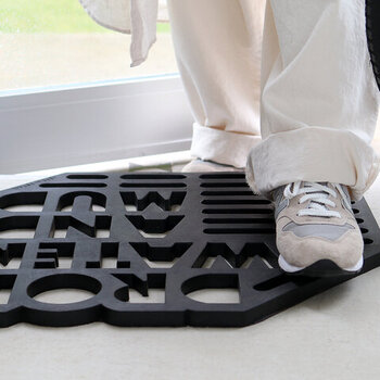 靴底の汚れをしっかり落としてくれるラバー素材の「HERE(ヒア)」の屋外用玄関マット「Drop water and mud(画像)」と「Landscape」。