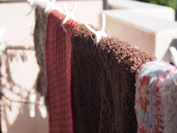 外からの泥や、ほこりなどを落とすための玄関マットや、靴を脱ぎ履きする際に座っている場合など、常に清潔にしておきたいもの。そんなとき手洗いや洗濯機で洗濯可能なマットはとっても便利。