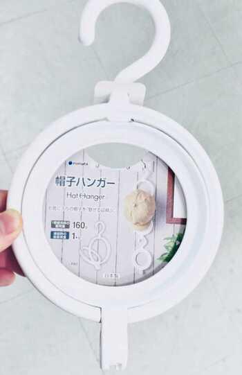 *画像/100円ショップ「キャンドゥ」の帽子ハンガー (1個につき1つのキャップに対応で、2個以上購入すれば縦に連結させて使えます)