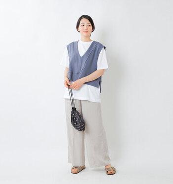 首まわりを華奢に見せてくれる深Vネックベストは、女性らしい雰囲気に仕上がるアイテム。白Tシャツ×ワイドパンツといった、シンプルな普段着に重ねるだけでも、こなれて見えるのが嬉しいですよね。くすんだブルーは、清楚な印象を与えてくれるので、カジュアルコーデを上品にまとめたいときにおすすめのカラーです。