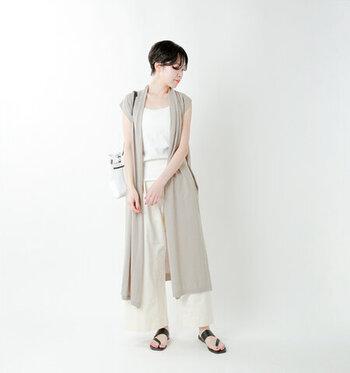 ドレープした襟元とベージュカラーが女性らしいロングベスト。胸元を美しく見せてくれるので、デコルテの開いたトップスを合わせるのがおすすめです。また、フレンチスリーブには腕を華奢に見せてくれる効果が◎ストンとしたIラインを更に強調できるよう、やや細身のワイドパンツやロングスカートを合わせてみて。