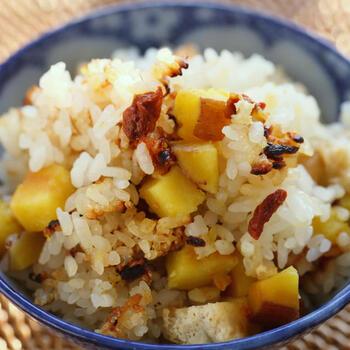 安納芋をたっぷり使った炊き込みごはん。油揚げのコクとクコの実の甘酸っぱさもいい味わい。炊飯器で簡単にできます。秋の食卓を豊かに彩る一品になりそうですね。