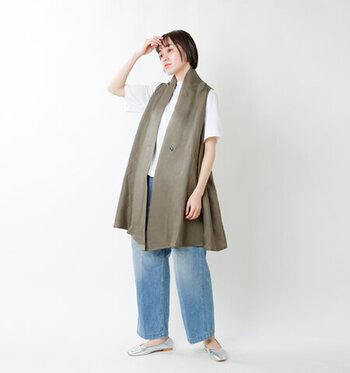 いつものカジュアルコーデをワンランクアップしてくれるのが、ジレ。こちらはフロントがショールのようなデザインなので、ラフに羽織るだけでも、こなれ感を演出してくれます。合わせるトップスは、自分の体にフィットする「ほどよいゆるさ」のサイズを選ぶのがおすすめ!シンプルなTシャツやブラウスを、おしゃれに見せてくれますよ。